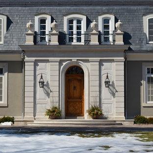 シカゴのトラディショナルスタイルのおしゃれな家の外観 (石材サイディング、ベージュの外壁) の写真