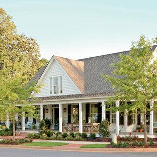 Пример оригинального дизайна: двухэтажный дом среднего размера в стиле кантри