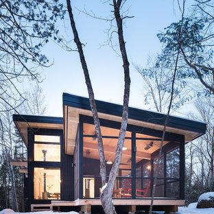 Foto de fachada negra, rural, pequeña, a niveles, con revestimiento de madera