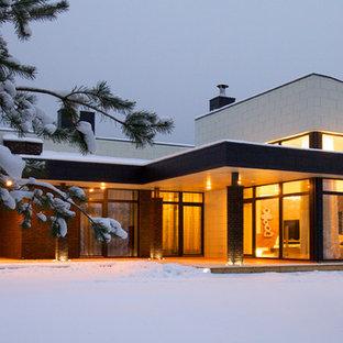 Ispirazione per la facciata di una casa contemporanea con rivestimenti misti