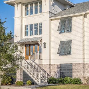 Esempio della facciata di una casa bianca stile marinaro a tre o più piani