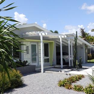 Diseño de fachada gris, retro, de una planta, con tejado a dos aguas