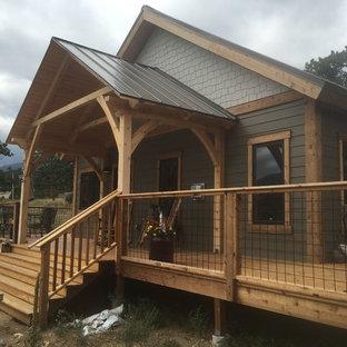 Modelo de fachada de estilo americano, de tamaño medio, con revestimiento de madera y tejado a dos aguas
