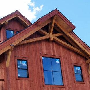 サンディエゴの中くらいのおしゃれな家の外観 (木材サイディング、赤い外壁) の写真