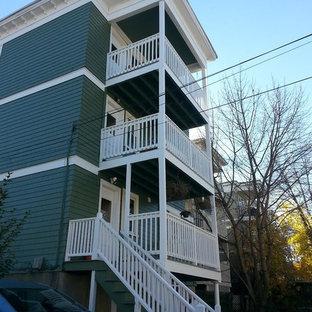 ボストンのトラディショナルスタイルのおしゃれな家の外観 (コンクリート繊維板サイディング、緑の外壁、寄棟屋根、アパート・マンション、板屋根) の写真