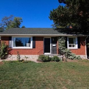 Неиссякаемый источник вдохновения для домашнего уюта: маленький, кирпичный, красный, одноэтажный дом в классическом стиле с полувальмовой крышей