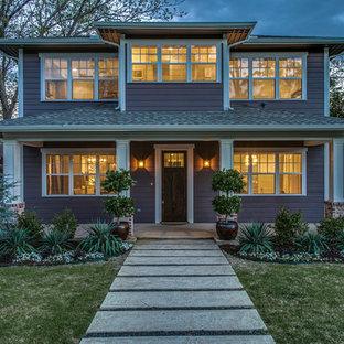 Réalisation d'une grand façade de maison violet tradition à un étage avec un revêtement mixte, un toit à quatre pans et un toit en shingle.