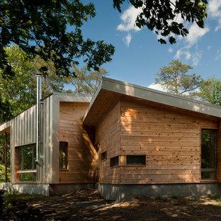 ワシントンD.C.のコンテンポラリースタイルのおしゃれな家の外観 (木材サイディング、片流れ屋根、茶色い外壁、戸建) の写真