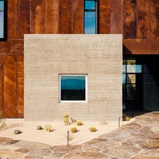 Cette photo montre une façade de maison moderne à un étage avec un revêtement mixte, un toit plat et un toit en métal.