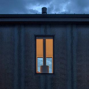 Идея дизайна: маленький, двухэтажный, серый частный загородный дом в стиле модернизм с облицовкой из металла, крышей-бабочкой и металлической крышей