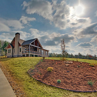 Imagen de fachada beige, de estilo americano, de tamaño medio, de una planta, con revestimiento de madera y tejado a doble faldón