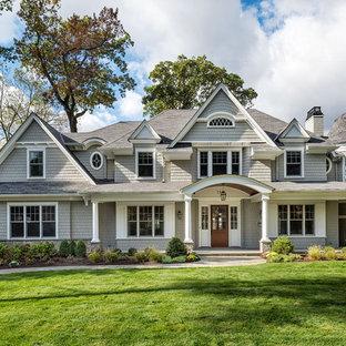 Ispirazione per la facciata di una casa grigia classica a due piani con rivestimento in legno