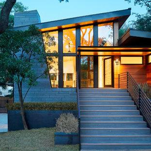 Foto de fachada de casa vintage, a niveles, con revestimientos combinados y tejado de metal