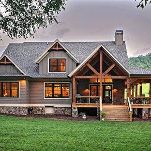 Aménagement d'une façade de maison grise craftsman de taille moyenne et à un étage avec un revêtement mixte, un toit à deux pans et un toit en shingle.