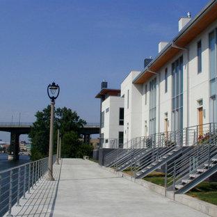 Ispirazione per la facciata di un appartamento grande multicolore moderno a tre piani con rivestimenti misti e tetto piano
