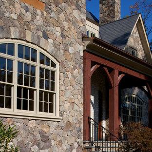 Diseño de fachada beige, tradicional, extra grande, de tres plantas, con revestimiento de piedra