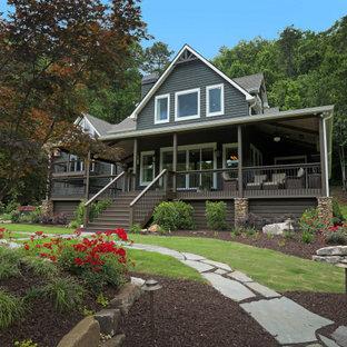 Idéer för att renovera ett rustikt grått hus, med två våningar, sadeltak och tak i shingel