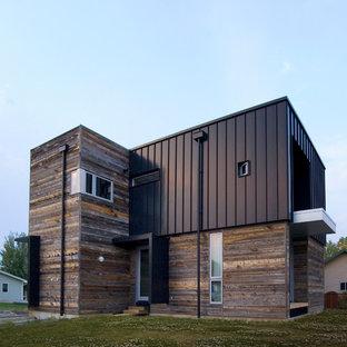 Foto della facciata di una casa marrone contemporanea a due piani di medie dimensioni con rivestimenti misti e tetto piano