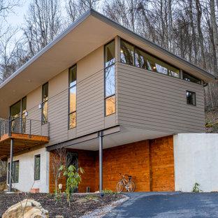Exempel på ett stort modernt flerfärgat hus, med två våningar, blandad fasad och platt tak