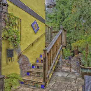 Ispirazione per la facciata di un appartamento piccolo multicolore rustico a due piani con rivestimento in stucco, tetto a capanna e copertura mista