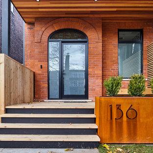 Ejemplo de fachada de casa roja, contemporánea, de tamaño medio, de dos plantas, con revestimientos combinados, tejado a dos aguas y tejado de teja de madera