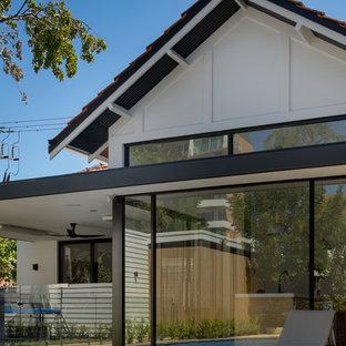 Ejemplo de fachada de casa blanca, vintage, de tamaño medio, de una planta, con tejado a dos aguas y tejado de teja de barro