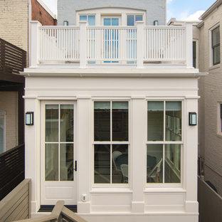 ワシントンD.C.の中くらいのトラディショナルスタイルのおしゃれな家の外観 (混合材サイディング、タウンハウス、緑化屋根) の写真