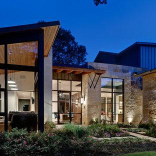 Exempel på ett modernt hus, med blandad fasad