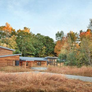ポートランド(メイン)のコンテンポラリースタイルのおしゃれな家の外観 (木材サイディング、茶色い外壁、片流れ屋根、戸建) の写真