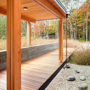 Diseño de fachada de casa marrón, contemporánea, grande, de una planta, con revestimiento de madera y tejado de un solo tendido