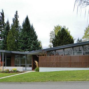 Retro Haus mit Betonfassade und Schmetterlingsdach in Seattle