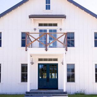Пример оригинального дизайна: двухэтажный, деревянный, белый дом среднего размера в стиле кантри