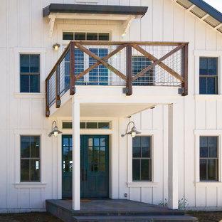 Свежая идея для дизайна: двухэтажный, деревянный, белый дом среднего размера в стиле кантри - отличное фото интерьера