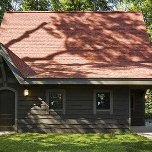 ミネアポリスの小さいラスティックスタイルのおしゃれな家の外観 (赤い屋根) の写真