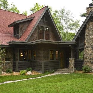 Источник вдохновения для домашнего уюта: двухэтажный, деревянный, коричневый дом в стиле рустика с двускатной крышей и красной крышей