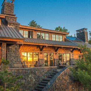 Zweistöckiges Rustikales Haus mit Holzfassade und Satteldach in Minneapolis