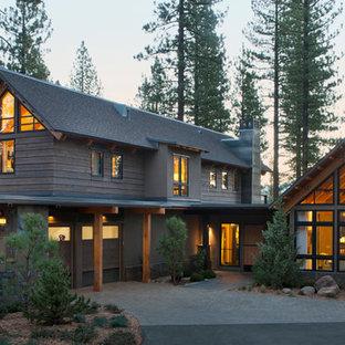 サクラメントの中くらいのラスティックスタイルのおしゃれな二階建ての家 (木材サイディング、グレーの外壁) の写真