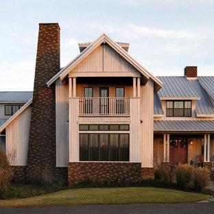 Idee per la facciata di una casa country con rivestimento in mattoni