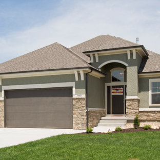 Foto de fachada de casa verde, campestre, de tamaño medio, de una planta, con revestimientos combinados y tejado de teja de madera