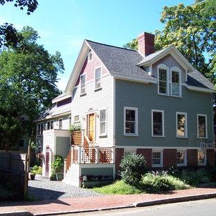 ボストンのトラディショナルスタイルのおしゃれな家の外観 (緑の外壁、切妻屋根、アパート・マンション、板屋根) の写真