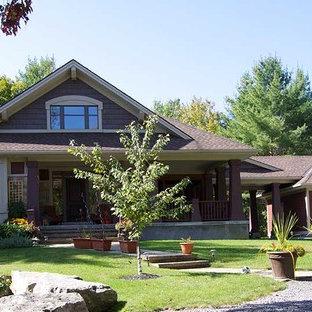 Imagen de fachada de casa gris, de estilo americano, de tamaño medio, de dos plantas, con revestimientos combinados, tejado a dos aguas y tejado de teja de madera