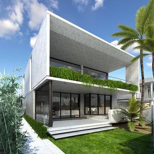 Foto de fachada de piso gris, costera, grande, de dos plantas, con revestimiento de hormigón y tejado plano