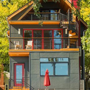 他の地域のコンテンポラリースタイルのおしゃれな三階建ての家 (グレーの外壁、切妻屋根、コンクリート繊維板サイディング) の写真