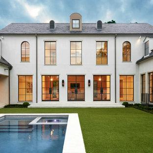Idéer för att renovera ett mycket stort vintage beige hus, med två våningar, valmat tak, stuckatur och tak i shingel