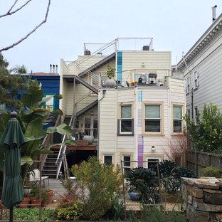 Modelo de fachada de casa pareada morado, bohemia, grande, de tres plantas, con revestimiento de estuco y tejado plano