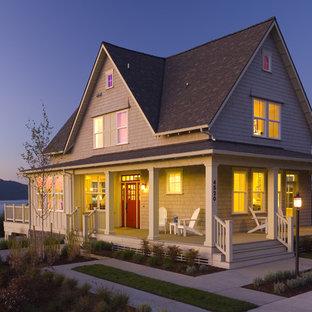Ispirazione per la facciata di una casa classica a due piani di medie dimensioni con rivestimento in legno