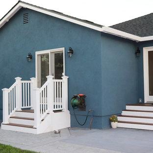 Inredning av ett shabby chic-inspirerat mellanstort blått hus, med allt i ett plan, stuckatur, sadeltak och tak i shingel