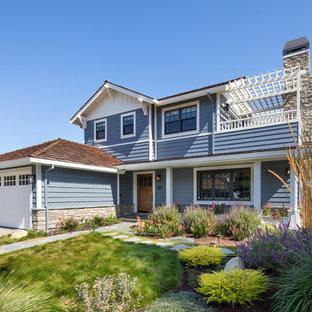 Diseño de fachada de casa azul, vintage, grande, de dos plantas, con revestimiento de piedra, tejado a la holandesa y tejado de teja de madera