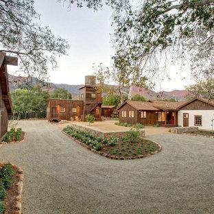 Réalisation d'une très grand façade de maison sud-ouest américain de plain-pied avec un toit à deux pans et un toit en shingle.