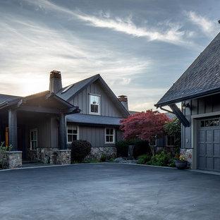 Diseño de fachada de casa negra, ecléctica, de tamaño medio, de dos plantas, con revestimientos combinados, tejado a dos aguas y tejado de teja de madera